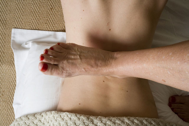 sarah key uses her feet to treat the spine